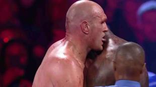 Momento en el que Fury trata de chupar el cuello de Wilder.