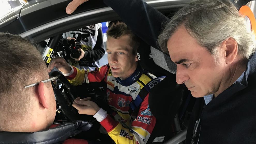 Sainz escucha a Jan Solans en el Rally Cataluña.