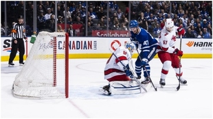 David Ayres detiene un lanzamiento de los Toronto Maple Leafs