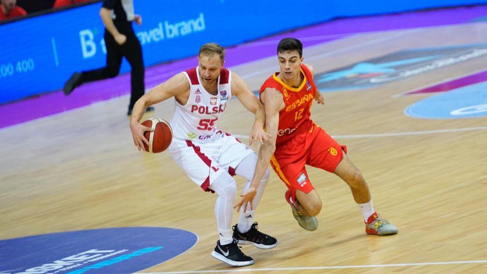 Carlos Alocén lucha un balón con Lukasz Koszarek.