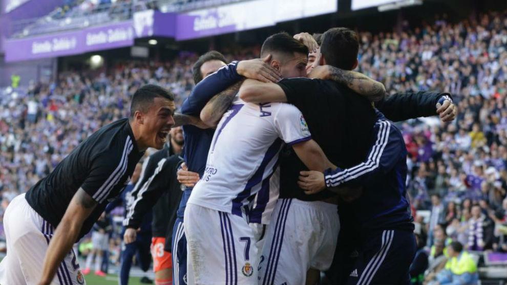 Los jugadores del Valladolid celebran uno de los goles