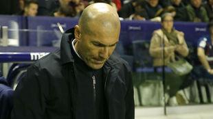 Zidane, cabizbajo tras la derrota ante el Levante.