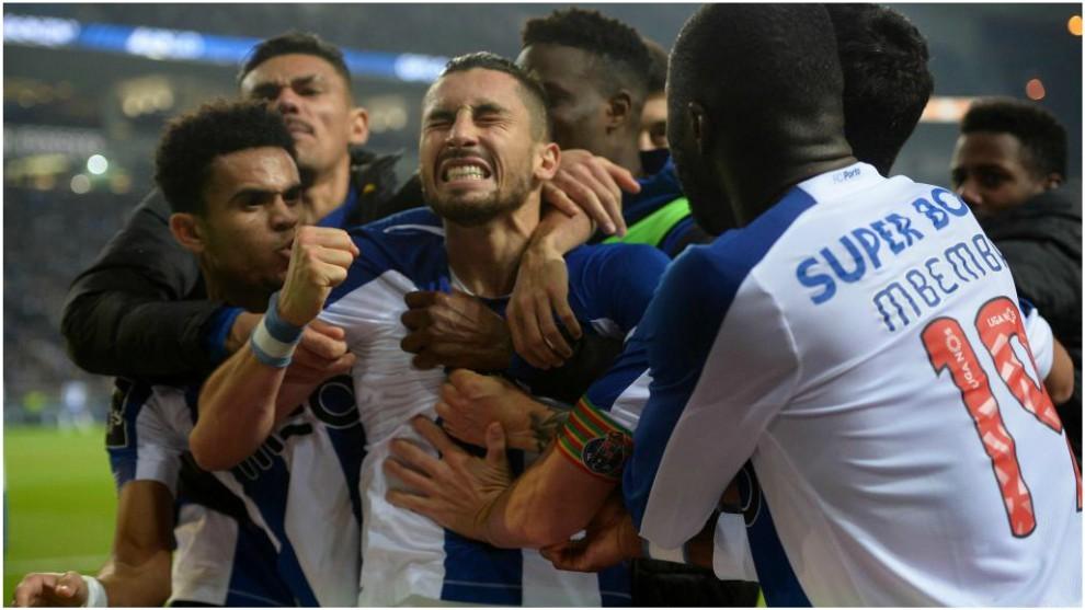 Alex Telles celebra junto a sus compañeros el gol de la victoria del...