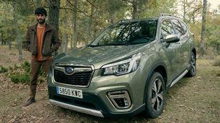 Javier Rey posa junto a un Subaru Forester Eco Hybrid.