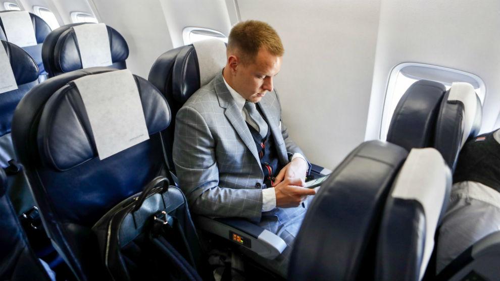 Ter Stegen, en avión durante el viaje a Nápoles