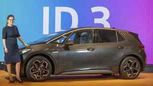 Silke Bagschik, ante el nuevo Volkswagen ID.3.