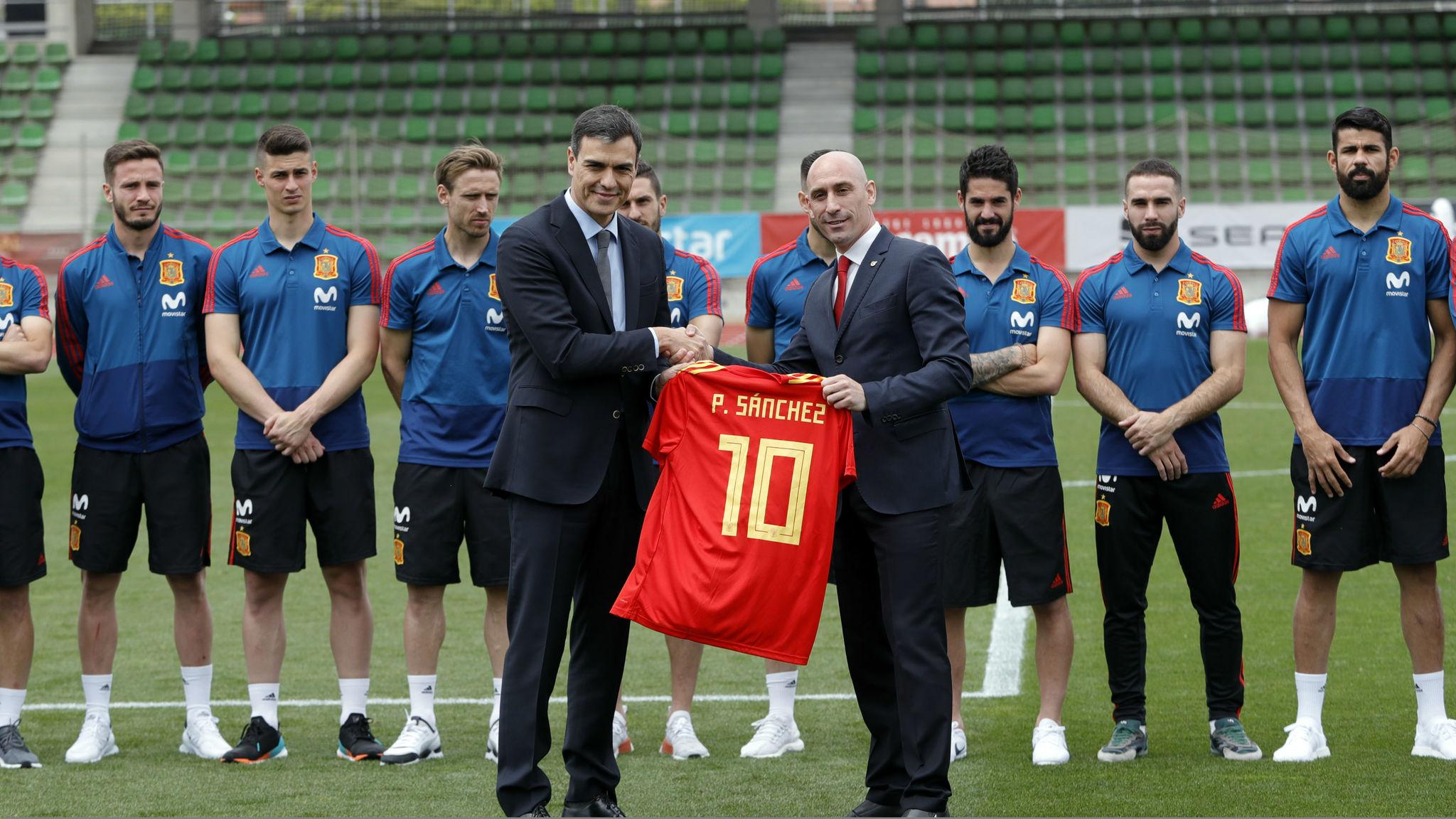 El presidente del Gobierno, Pedro Sánchez, con el de la RFEF, Luis...