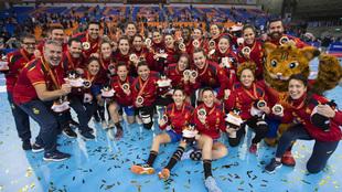 La plantilla de la selección española celebra la plata en el pasado...
