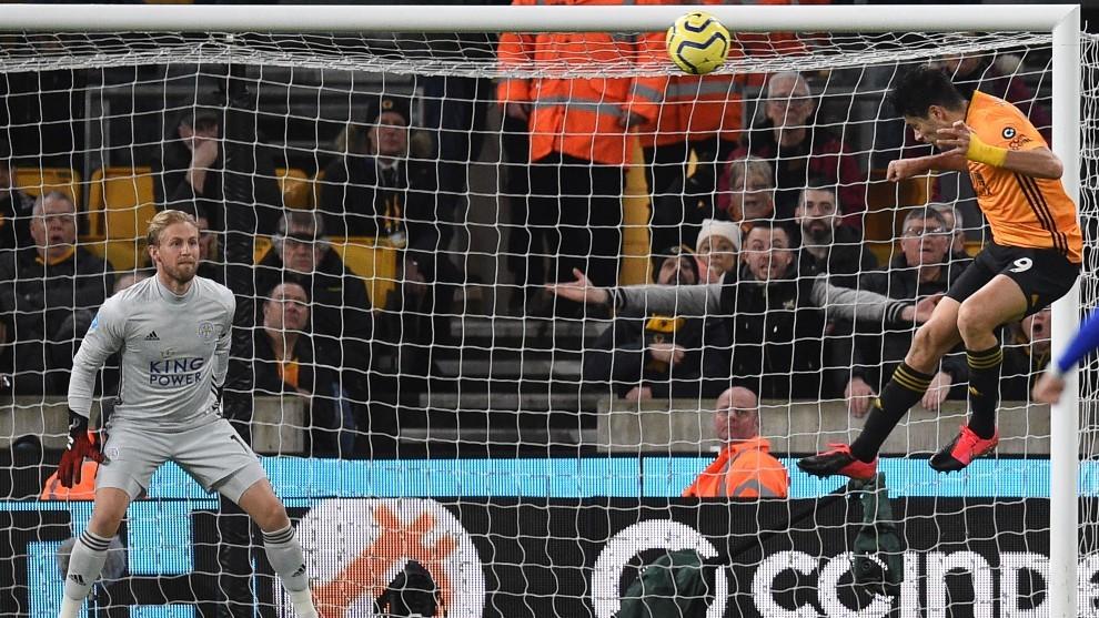 Raúl Jiménez remata de cabeza frente al Leicester