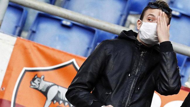 Un aficionado de la Roma, con mascarilla en un estadio.