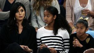 Vanessa Bryant, junto a su hija Natalia Diamante y a la fallecida...