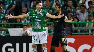 Ramiro González marcó a Carlos Vela en el partido de ida.