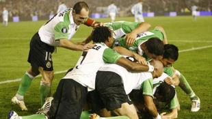 Los jugadores del Racing de Santander celebran uno de los goles...