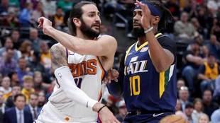 Ricky Rubio intenta pasar el balón ante su sucesor en los Jazz, Mike...