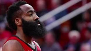 James Harden mira a sus rivales
