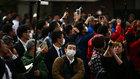 Ciudadanos japoneses, al paso de la antorcha olímpica.