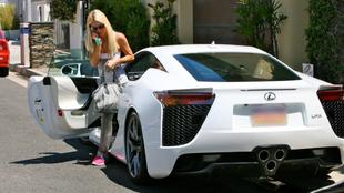 Paris Hilton saliendo de su LFA blanco