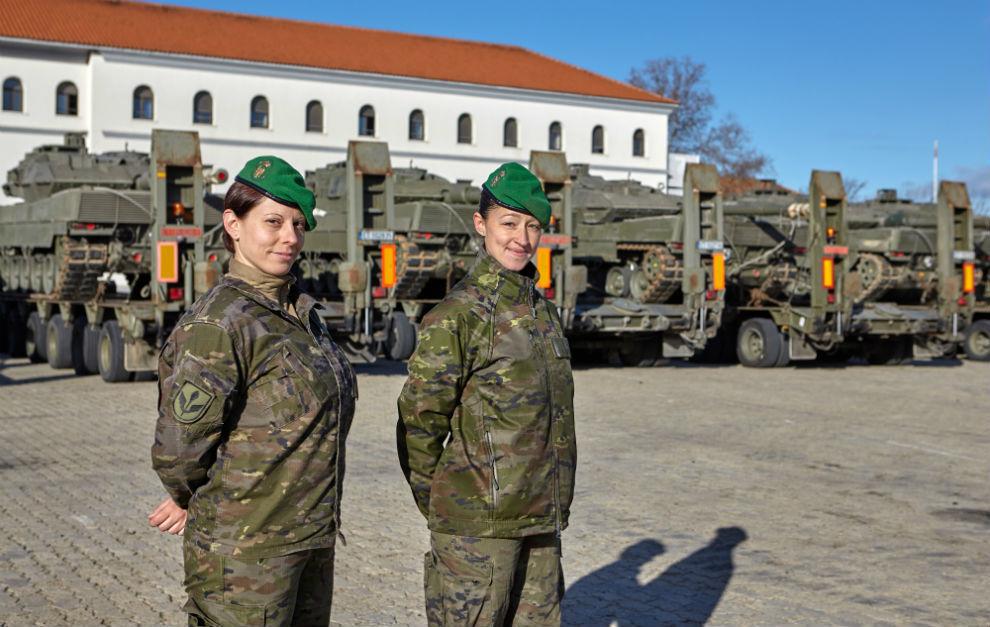 Nacidos Para Conducir Los Hombres Y Mujeres Que Llevan El Volante En Las Fuerzas Armadas Marca Com