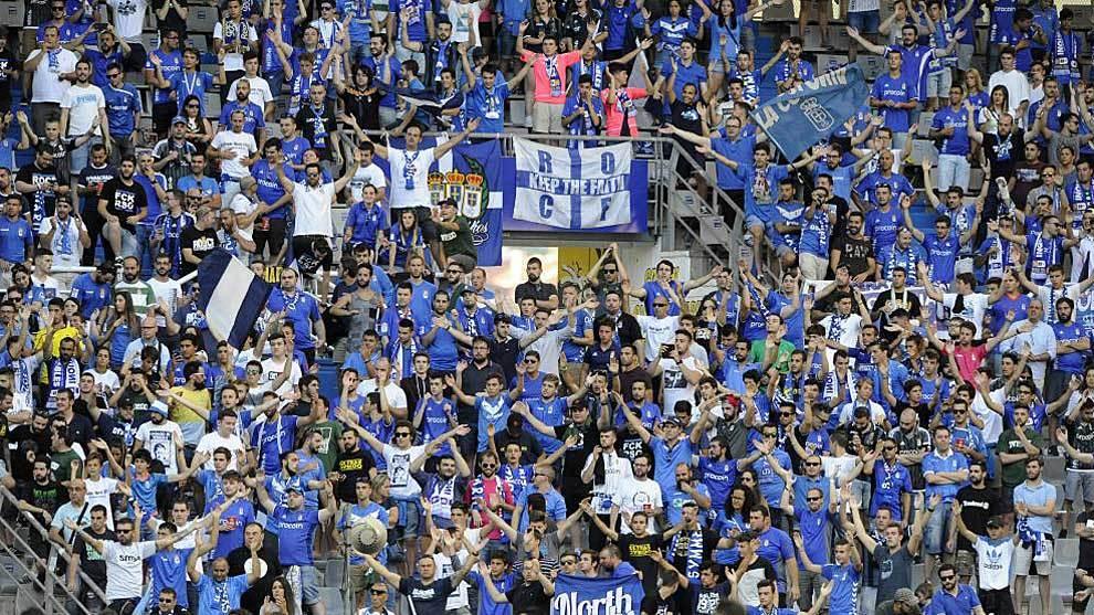 La afición del Oviedo anima al equipo carbayón en el Carlos Tartiere