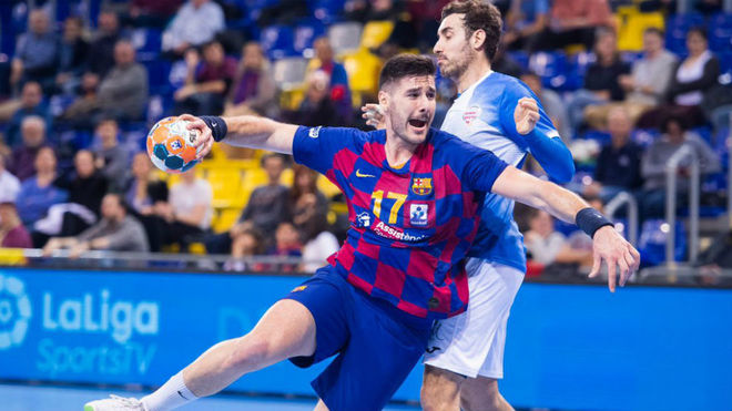 El pivote del Barcelona Abel Serdio lanza ante el Atl. Valladolid /