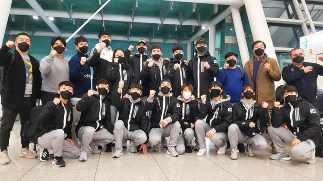 El equipo nacional de boxeo de Corea del Sur posa con mascarillas en...