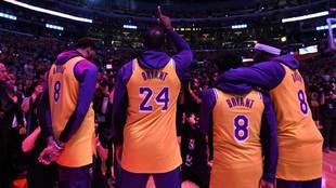 Los jugadores de los Lakers apuntan al cielo en memoria de Kobe Bryant