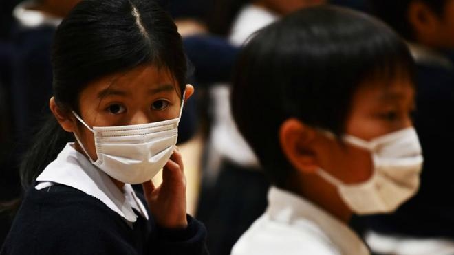 Niños con mascarillas en un colegio de Tokio.