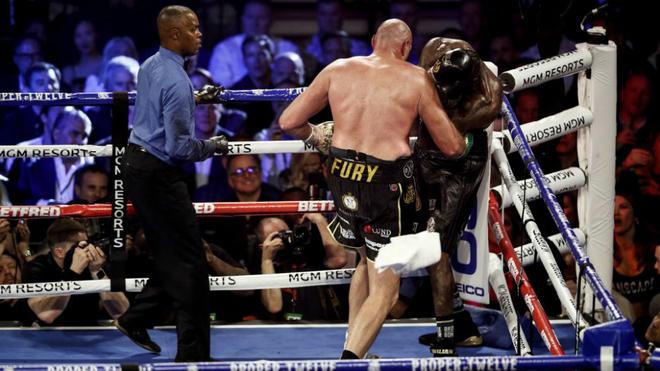 La toalla vuela mientras Tyson Fury golpea a Wilder.