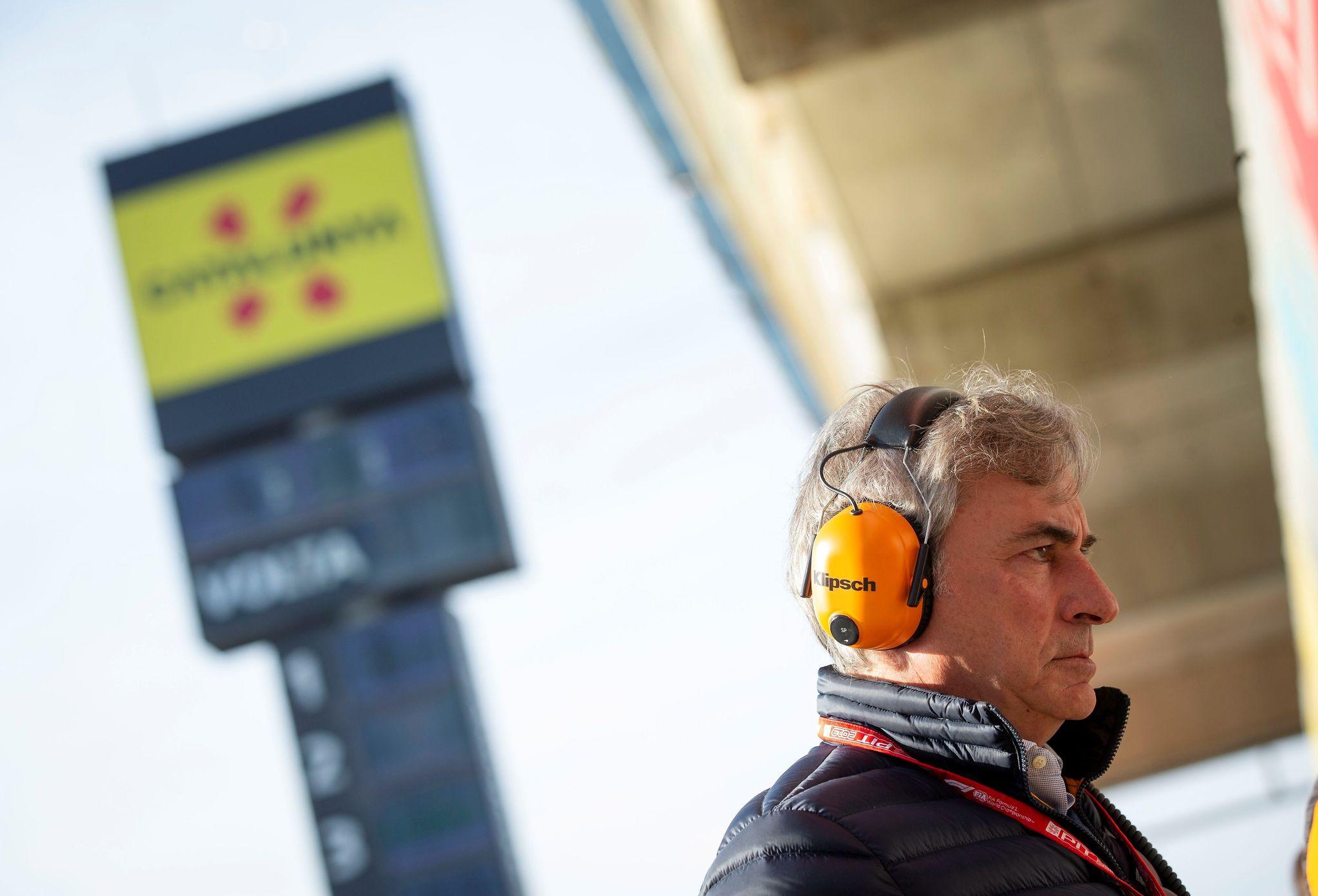 GRAFCAT1980. MONTMELÓ (BARCELONA), 26/02/2020.- El piloto español Carlos lt;HIT gt;Sáinz lt;/HIT gt;, observa las evoluciones de su hijo Carlos lt;HIT gt;Sáinz lt;/HIT gt;, piloto de McLaren, durante la primera jornada de la segunda tanda de entrenamientos oficiales de pretemporada de Fórmula Uno que se realizan en el Circuito de Barcelona-Cataluña. EFE/Enric Fontcuberta