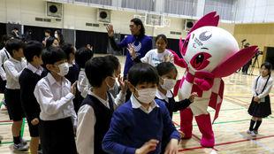 Niños en Tokio realizan actividades con tapabocas