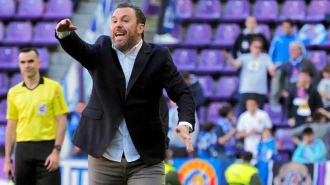 Sergio da una indicación durante un partido del Valladolid.