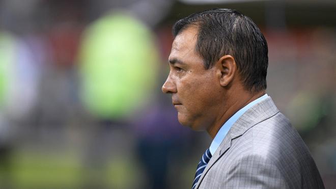 Mauricio Tapia observa el partido.