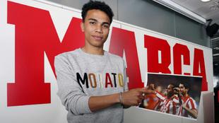 Assunçao señala una foto de su padre durante la visita a MARCA.