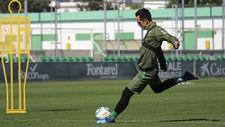 Juanmi golpea el balón en un entrenamiento.