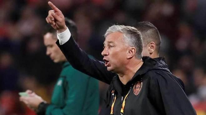 Petrescu, técnico del Cluj, da una indicación durante el partido...