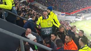 Familiares de jugadores del Getafe dejan la tribuna ante la mirada de...