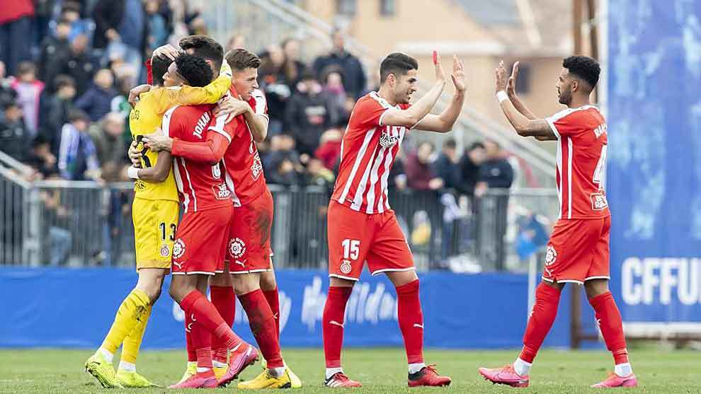 Los jugadores del Girona se abrazan a su portero Asier Riesgo en...