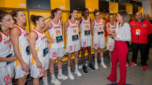 Su Majestad la Reina Letizia junto con las jugadoras de la Selección...