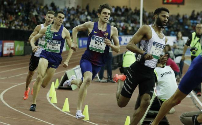 Mariano García y Adrián Ben, durante los 800 metros de la reunión...