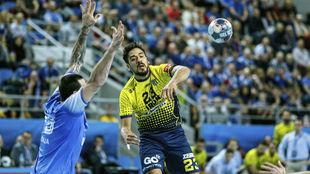 El lateral chileno del Bidasoa, Rodrigo Salinas, ante el Wisla Plock /