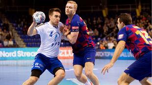 El jugador islandés del Barcelona, Aron Palmarsson, ante el Zagreb /
