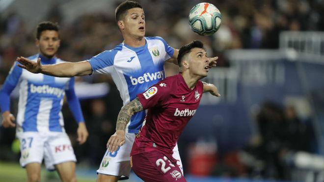 Carrillo disputa un balón con Ximo Navarro.