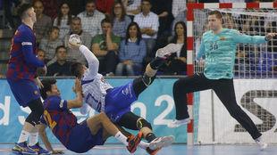 El pivote húngaro del Pick Szeged Banhidi lanza ante el azulgrana...