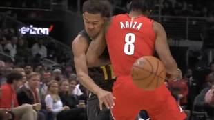 Ariza golpea a Trae Young tras el caño de éste