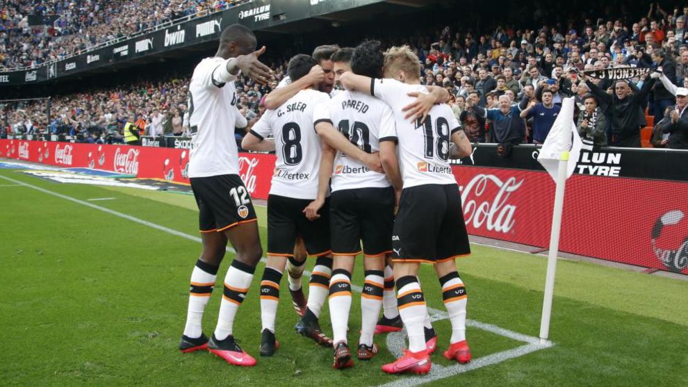 Los jugadores del Valencia celebran el gol de Parejo frente al Betis