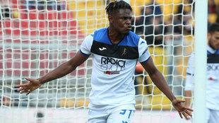 Zapata celebra uno de sus tres goles al Lecce.
