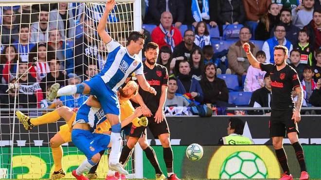Bernardo y Oblak, en una disputa en el área del Atlético.