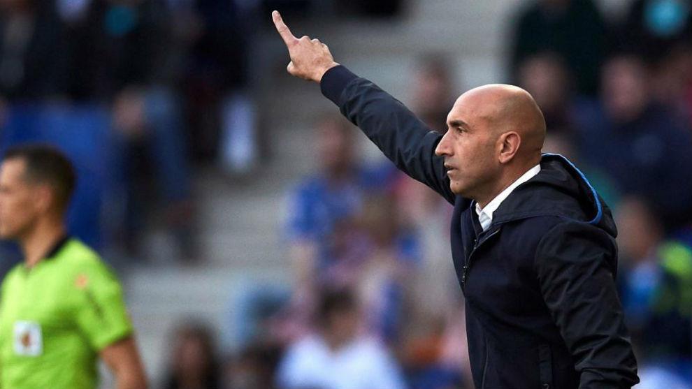 Abelardo da instrucciones durante el encuentro contra el Atlético.