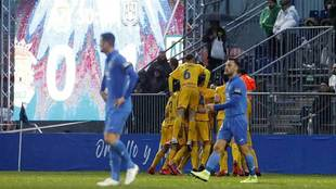 Los jugadores del Alcorcón celebran uno de sus cuatro goles en...