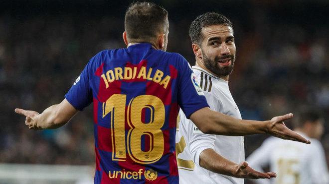 Carvajal y Jordi Alba, discutiendo en la primera parte del Clásico.